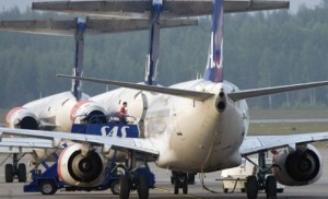 varios aviones en aeropuerto 300x182 Encuesta Skyscanner indica aumento en intensión de viaje