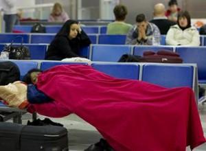 gente esperando aeropuerto 300x220 La Unión Europea en negociaciones para el progreso de vuelos