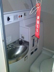 interior baño avion 225x300 Ryanair planea instalar inodoros con monedas