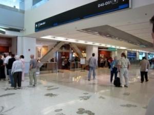 aeropuerto miami 300x225 Vuelve la calma al aeropuerto de Miami, después de aviso de bomba