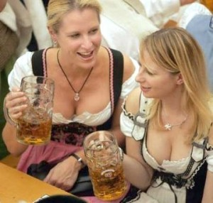 chicas cerveza alemania 300x286 Paquetes turísticos de Travel Security para conocer Alemania